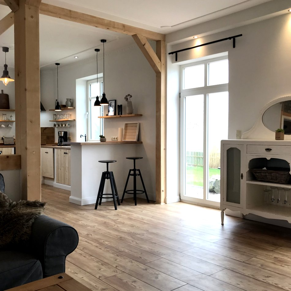 De gode Stuuv - Blick vom Wohnzimmer in die offene Küche
