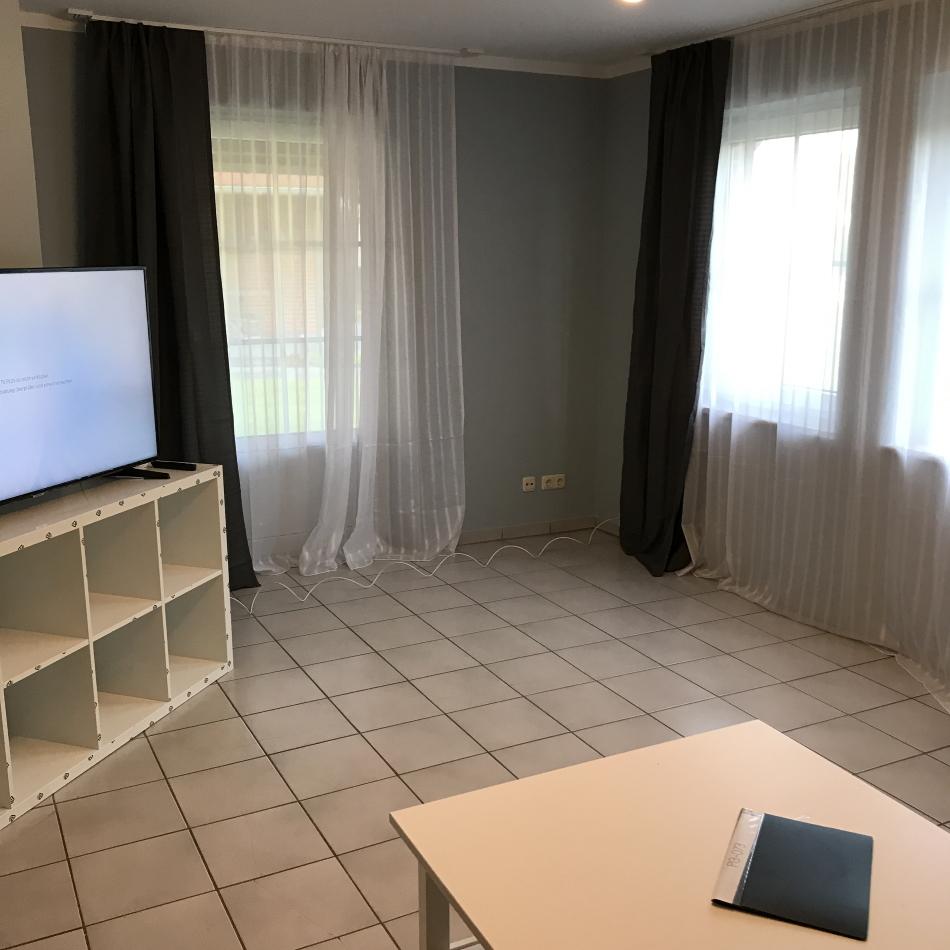 Wohnzimmer mit Terrassentür und 4K TV