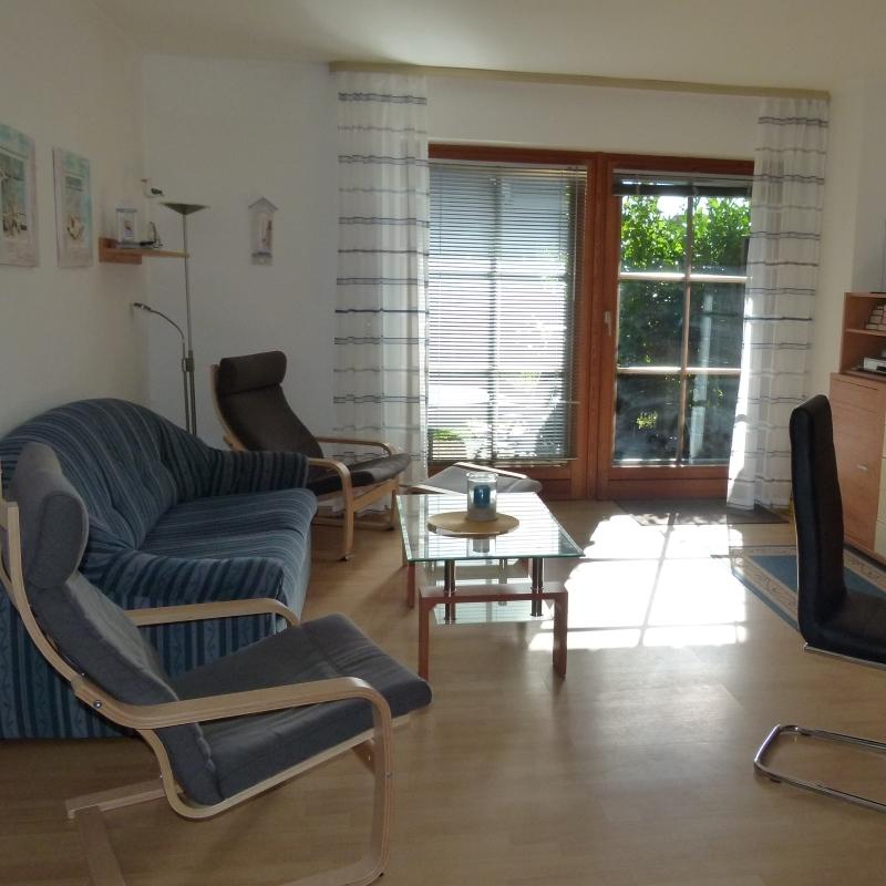 Wohnzimmer mit Durchgang zur Terrasse